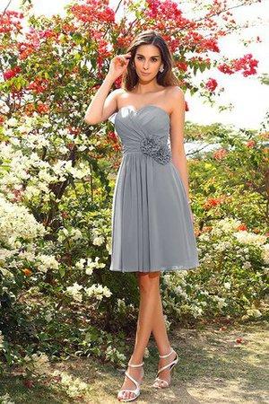8b9a17c14b45 Gli abiti da sposa di oggi adottano le medesime essenze d epoca come i  classici senza sentirsi antiquati o esagerati. Con semplici modelli di  pizzo